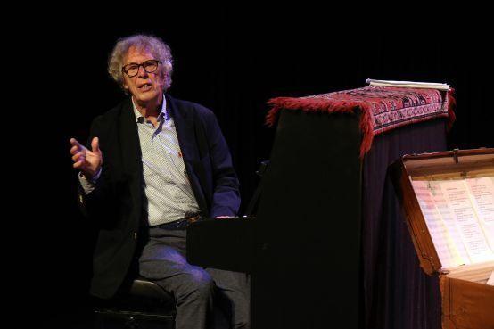 Componist, dirigent, pianist Ruud Bos (83) viert zestigjarig jubileum met liedjesshow [video]