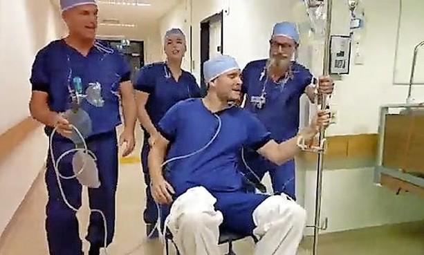 Zingend OK-team van Hilversums ziekenhuis gaat viral met video van anesthesie assistent en feestzanger Thomas Luijf