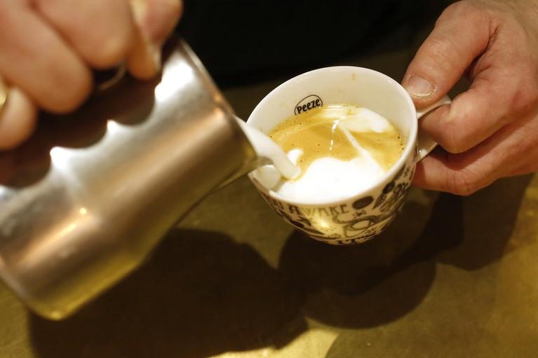 Unieke koffiebar in Hilversum met dove barista: 'Soms schrikken mensen van mij'