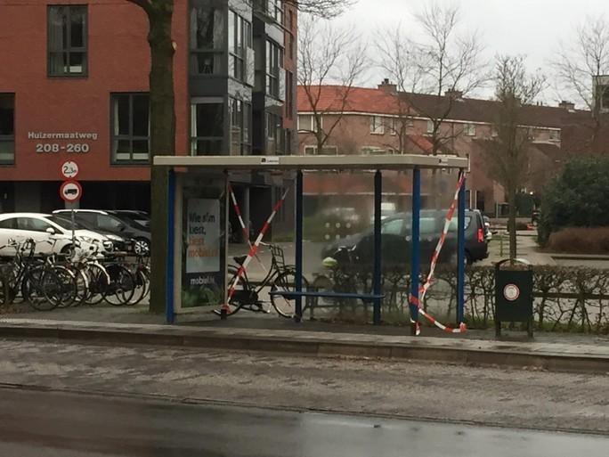 Jacht op vuurwerkvandalen: 2.500 euro voor gouden tip; Huizer burgemeester Niek Meijer doet aangifte van vernieling elf bushokjes