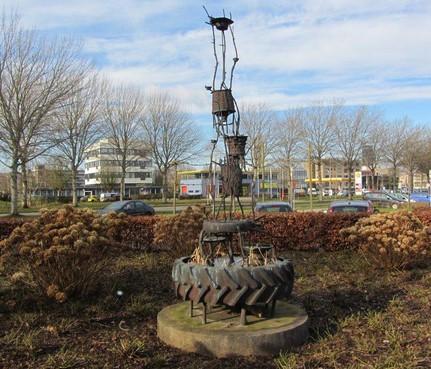 Kunstwerken van tractorbanden op rotondes Vrijheidsweg en Stadhouderslaan in Soest, visitekaartjes van de gemeente