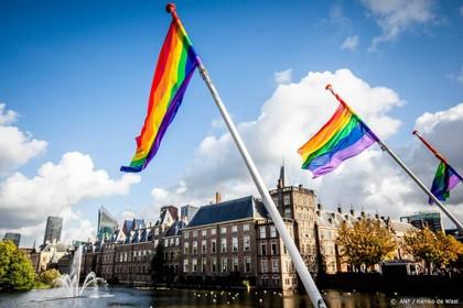 Regenboogvlag uit op Coming Out Dag