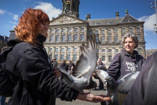 Veganisten demonstreren etmaal lang op de Dam en vormen massaal 'vierkant van de waarheid' [video]