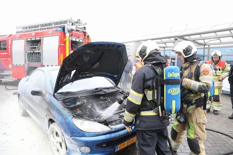 Brand onder de motorkap bij wasstraat in Soest