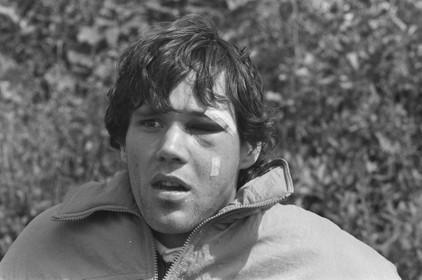 Toen er op 23 mei nog wél gesport werd: met een gebroken jukbeen meldt Marco van Basten zich bij Oranje