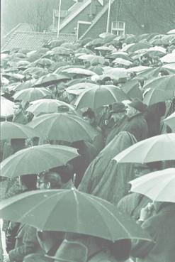 Poncho's in plaats van paraplu's tijdens AZ-Ajax; er is een zondagmiddag uit de jaren zestig op komst