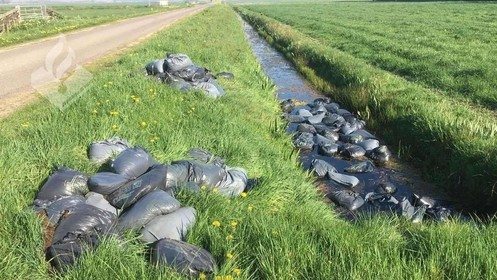 Zestig vuilniszakken met hennepafval gedumpt in Hilversums weiland