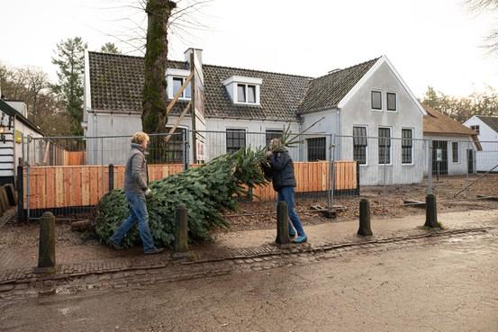 Vuursche smederij op vingers getikt met plaatsing nieuw houten hek; eigenaar moet vergunning aanvragen