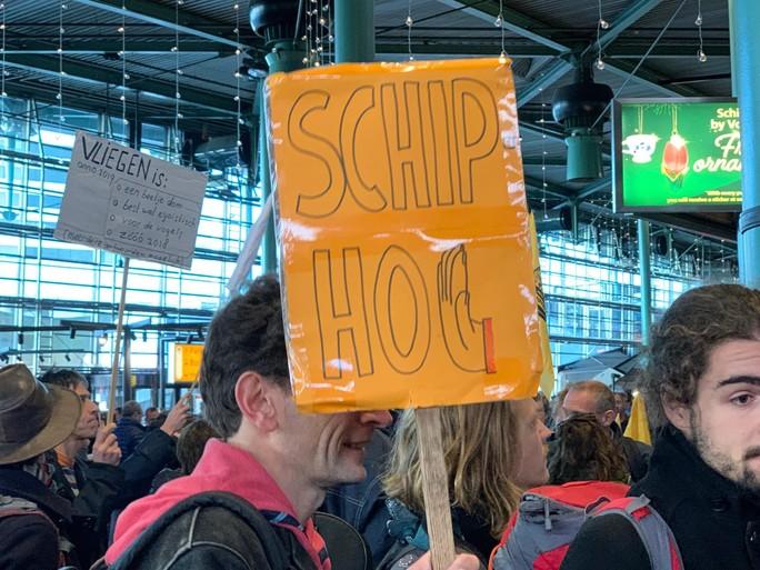 Marechaussee haalt actievoerders Greenpeace weg uit Schiphol Plaza [video]