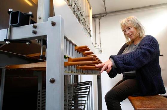 Levina Pors, de nieuwe beiaardier van Gooise Meren, is enthousiast over het 'heerlijke instrument'; 'Je kunt hier bijna alles op spelen' [video]