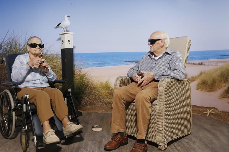 Patiënten met dementie bloeien op aan het strand in Hilversum: 'Heerlijk hier, hoor je die golven?'