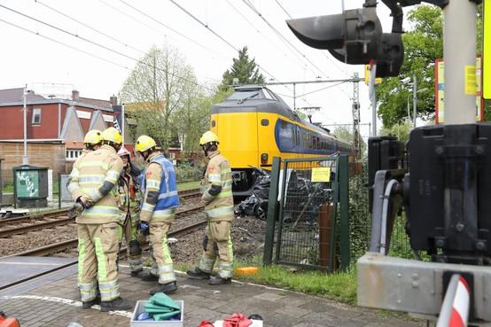 Dodelijk ongeluk op spoorwegovergang Bussum: trein botst op auto