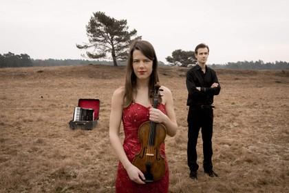Broer en zus Van Amsterdam, vermengen viool en accordeon op een bijzondere manier. Van Amsterdam Duo met ochtendconcerty in De Mess Naarden