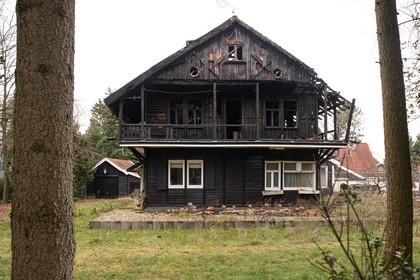 Sloop nadert van uitgebrand monumentaal chalet aan Vredelaan in Laren